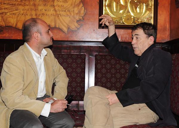 Entrevistando a don fernando Sánchez Dragó en el Hotel Inglaterra, Sevilla. Diciembre 2009.